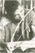 Hombre mískito ejecutando el ungku, arco musical, para la comunicación