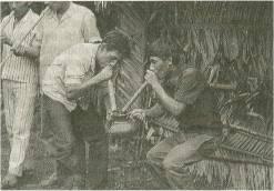 Dos hombres piaroas ejecutando el wora, instrumento de comunicación con los espíritus de sus ancestros